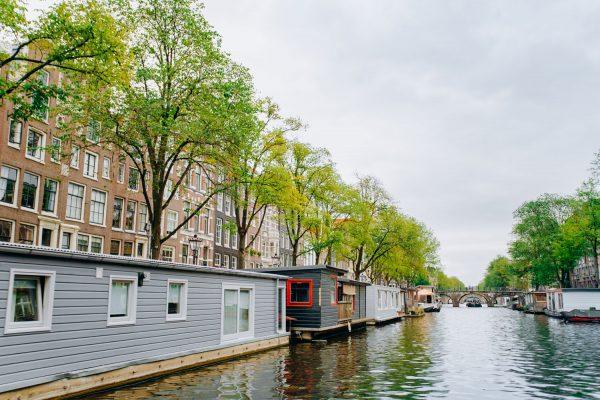 Moderne Architektur auf dem Wasser in Amsterdam
