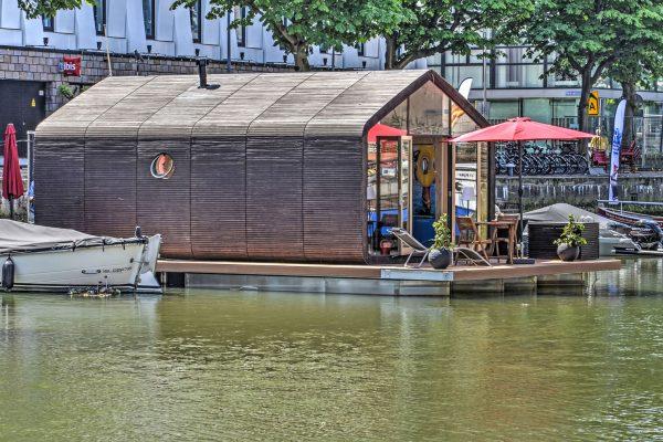 Haus auf dem Wasser in Amsterdam