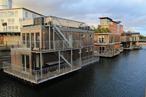 Häuser auf dem Wasser in Schweden
